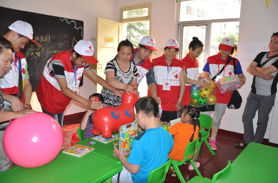 淮南市红十字会志愿者看望自闭症儿童
